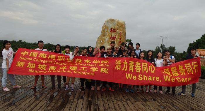 志愿者在东寨港红树林自然保护区合影留念(外事侨务办 韩烨摄影).jpg