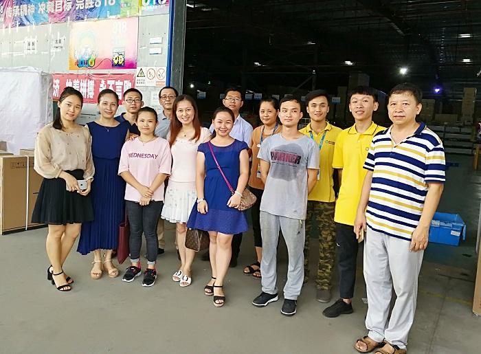 在走访苏宁海南物流中心时的师生合影(商学院 董佳佳摄影).jpg