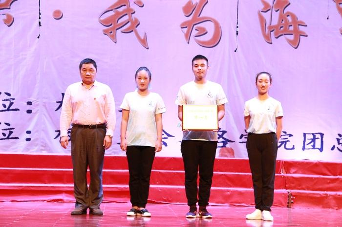 唐启政为获得一等奖的班级颁奖(海职青年记者团_许加波_摄影).JPG